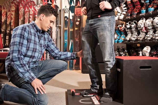 Afbeelding van man die voeten laat meten voor skischoenen
