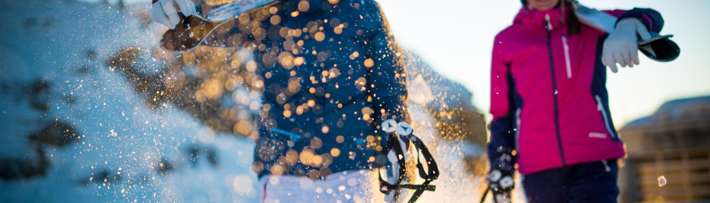 afbeelding vrouwen op piste in sneeuw